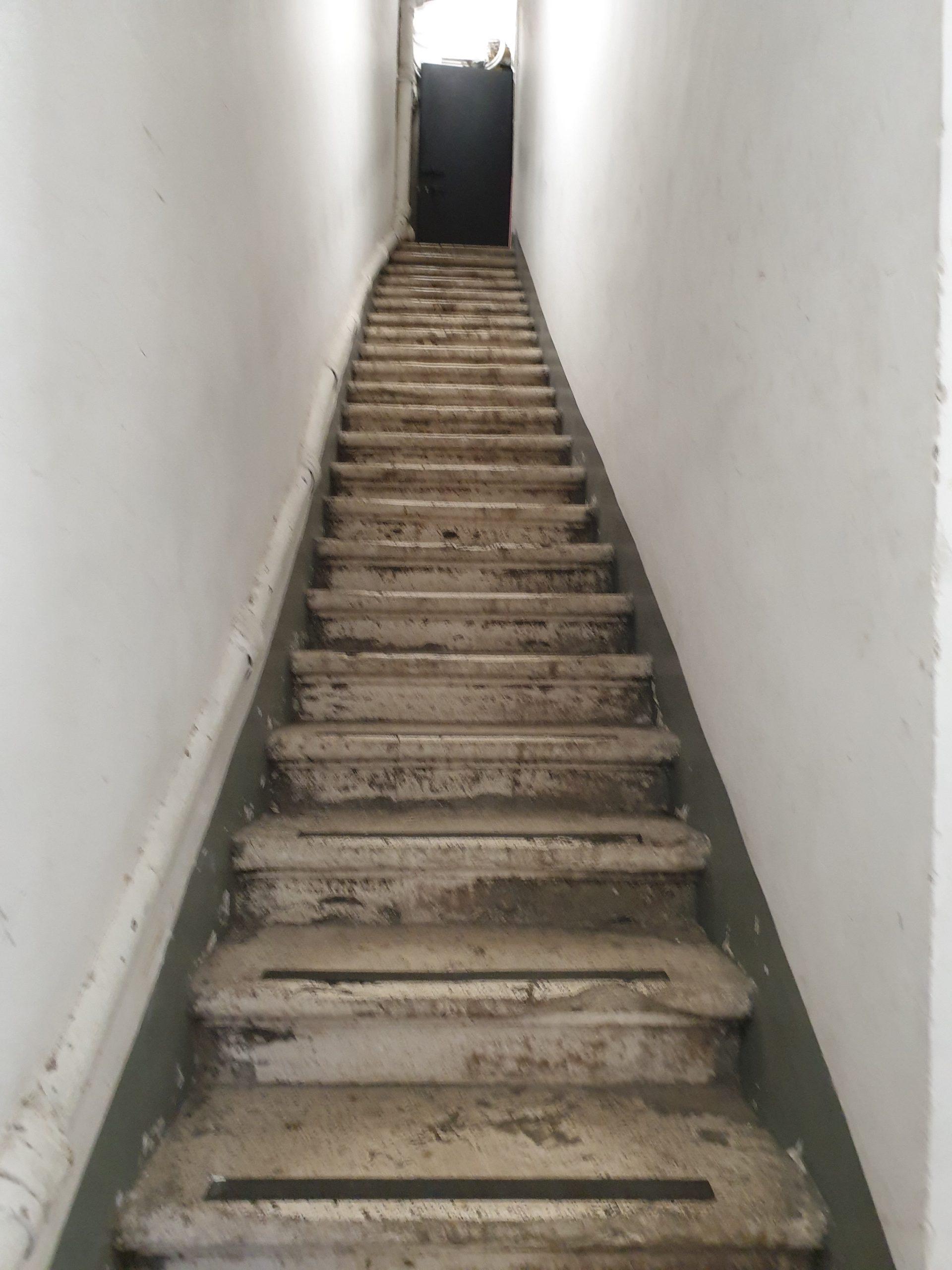 En écho à la citation de Perec, monter d'un étage à l'autre sans se cogner
